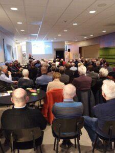 Op 28 januari 2020 organiseerden het Energie Servicepunt Zeeland (ZMf, Zeeuwind en het Zeeuws Klimaatfonds) samen met de Provincie Zeeland een bijeenkomst voor bestuurders /bewoners van VvE's over energiezuinig en aardgasvrij wonen. De aanmeldingen waren zo groot, dat we zelf een tweede bijeenkomst organiseren op woensdagmiddag 4 maart in Middelburg. (aanklikbaar maken). Tijdens de bijeenkomst was er volop aandacht hoe je energie bespaart en duurzaam verwarmt aan de hand van inspirerende voorbeelden uit het land. Gevolgd door hoe je de maatregelen slim financiert en hoe je je VvE bijvoorbeeld mee kan krijgen. Klik hier voor de presentaties.